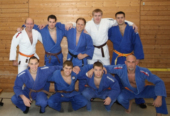 Die Mannschaft des 2. Kampftages (hintere Reihe von links, dann vorne): Jürgen Kestenus (-90 kg), Peter Dobler (-90 kg), Andreas Roth (+90 kg), Jens Karpinski (+90 kg), Viktor Bauer (-90 kg), Matthias Kerler (-66 kg), Tobias Pötzsch (-66 kg), Thomas Reichmann (-66 kg), Sascha Mesemann (-90 kg)