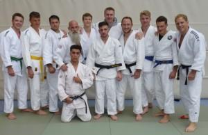 Die erfolgreiche Männermannschaft (von links nach rechts): Winfried Hoffner (+90), Jakob Herrmann (-90), Viktor Bauer (+90), Sascha Mesemann (-81), Denis Neumüller (-81), Michael Zimmermann (-73), Jens Karpinski (+90), Alexander Timakow (-90), Chris Ostenrieder (-90), Fabian Felber (-73), Andreas Roth (-90) und vorne: Jawad Ahmadi (-66)