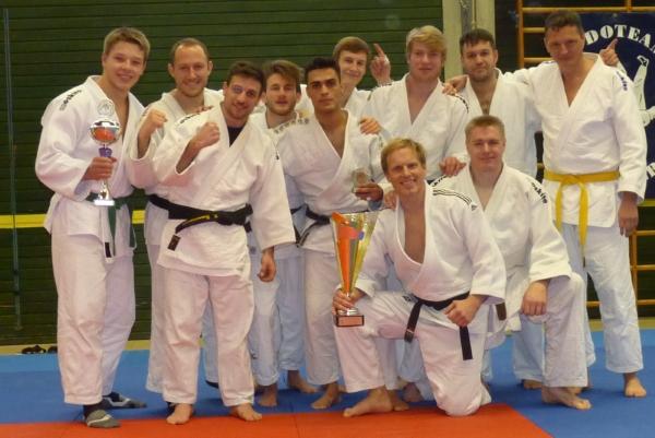 Bezirksligameister 2017 (hinten von links nach rechts:) Winfried Hoffner (+90 kg) Alexander Timakow (-81 kg), Michael Zimmermann (-73 kg), Simon Engel (- 66 kg), Jawad Ahmadi (-66 kg), Denis Neumüller (-81 kg), Chris Ostenrieder (-90 kg), Viktor Bauer (+90 kg), Jakob Herrmann (-90 kg). Vorne: Andreas Roth (-90 kg) und Jens Karpinski (+90 kg). Auf dem Foto fehlen Fabian Felber (-73 kg), Sayed Naime (-66 kg) und Sascha Mesemann (-90 kg), die am letzten Kampftag nicht dabei waren.
